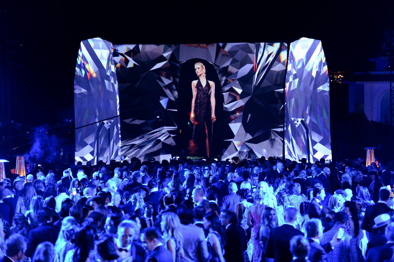 3D hologram fashion show